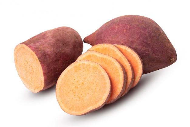 Groep zoete aardappel die op witte achtergrond wordt geïsoleerd