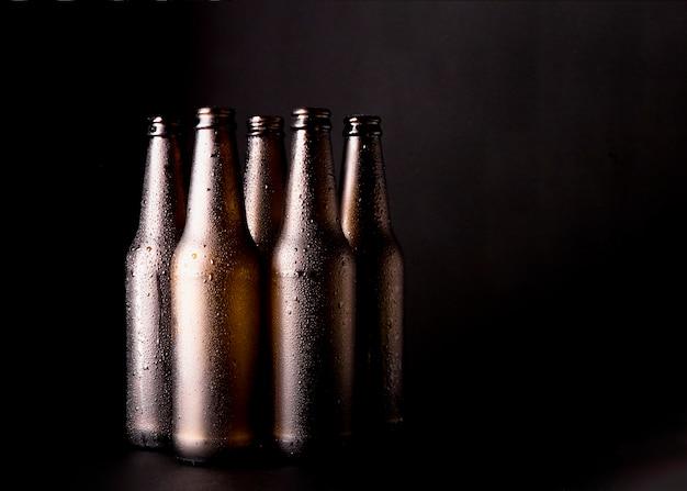 Groep zwarte bierflessen