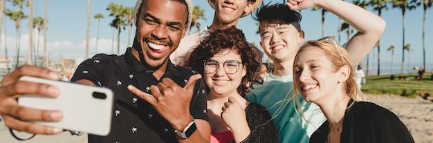 Groepsfoto van beste vrienden, zomer in venice beach, los angeles
