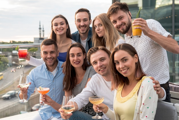 Groepsfoto van vrienden op een feestje