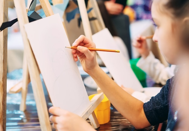 Groepsles tekenen. kinderen leren tekenen in de klas. Premium Foto