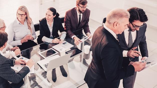 Groepsmedewerkers werken op kantoor met bedrijfsdocumentatie. kantoor werkdagen.
