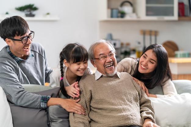 Groepsportret van aziatische en gelukkige familie zittend op de bank