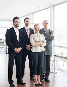 Groepsportret van mensen uit het bedrijfsleven en leidinggevenden