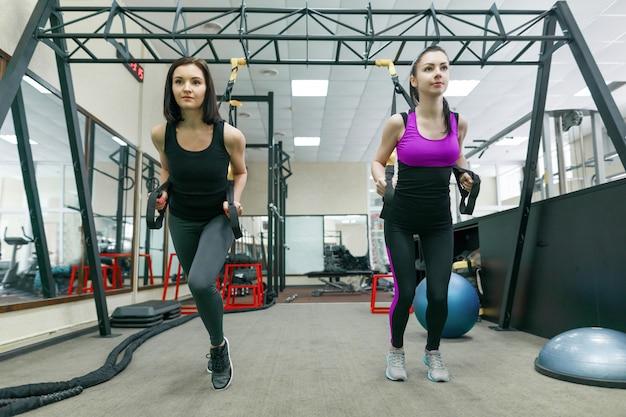 Groepstraining met fitnesslussen in de sportschool