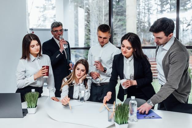 Groepswerk van zakenlieden en vrouw tijdens investerings businessplan