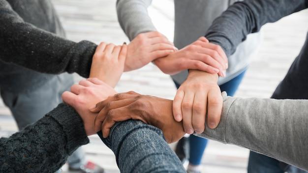 Groepswerkconcept met handen van groep mensen
