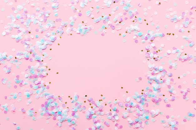 Groet of uitnodigingskaart voor bruiloft of verjaardag met glitter en confetti op roze achtergrond. hoge kwaliteit foto