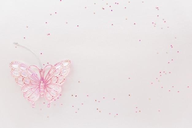 Groet verjaardagskaart met kopie ruimte. girly samenstelling van glitter en roze vlinder speelgoed. plat leggen