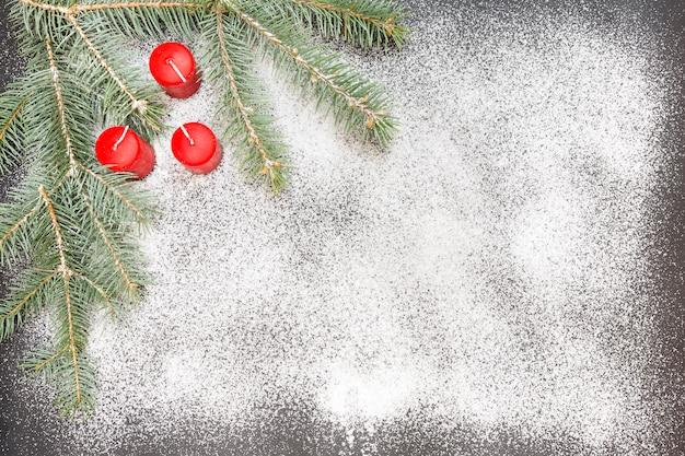 Groetkaart met feestelijke decoratie op sneeuwachtergrond die suiker simuleren