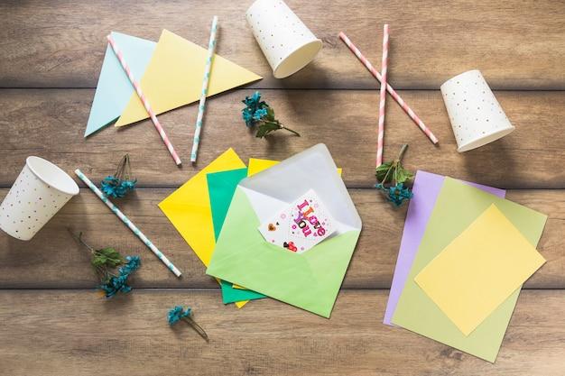 Groetkaart op envelop met stro en beschikbare kop op houten lijst