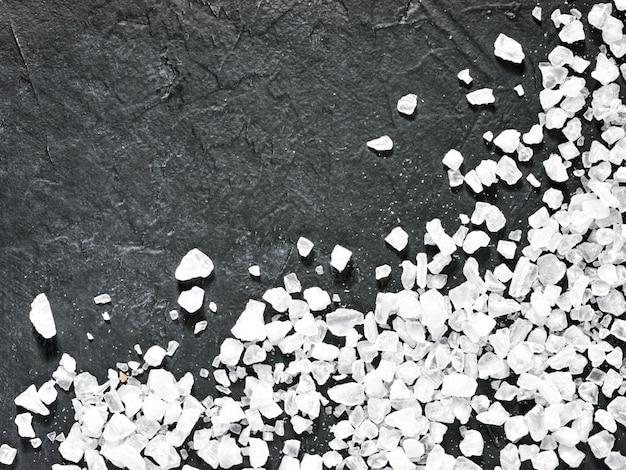 Grof zeezout op donker
