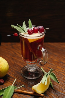 Grog. warme drank voor winter of herfst. pittige thee en rumcocktail met citroen, druif, kaneel en kruidnagel.
