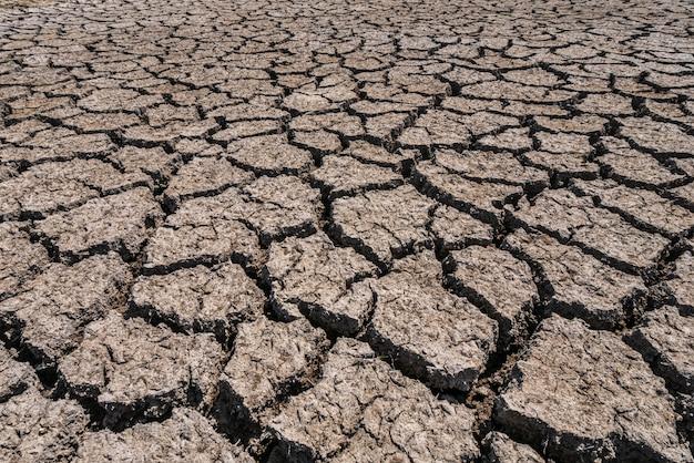 Grond gebroken door de droogte