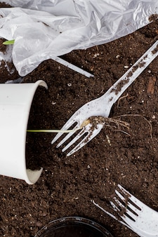 Grond verontreinigd met plastic voedselapparaten en plastic zakken.