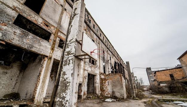 Grondgebied van verlaten industriegebied dat op sloop wacht. fabrieksruïnes.