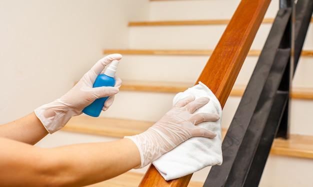 Grondige reiniging voor ziektepreventie. alcohol, desinfecterende spray op doekjes