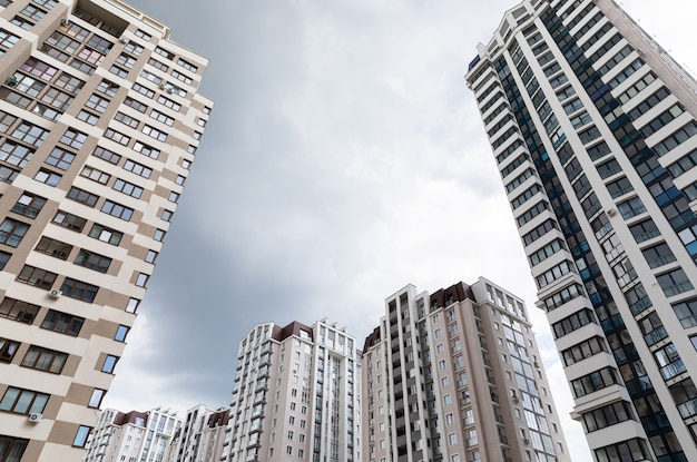Grondmening van geavanceerde architectuurflatgebouwen bij slaapzaaldistrict, bewolkte hemel
