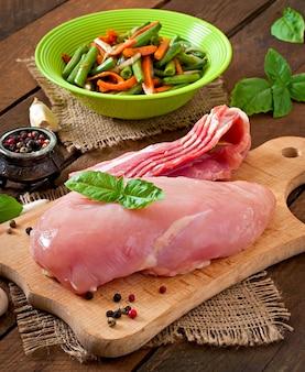 Grondstoffen voor het bereiden van gevulde groenten kiprolletjes