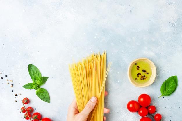 Grondstoffen voor het koken van pasta op grijze stenen achtergrond