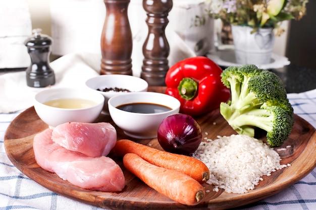 Grondstoffen voor teriyaki kip met stoom rijst en groenten. vergulde maaltijd op restaurant - stock beeld.