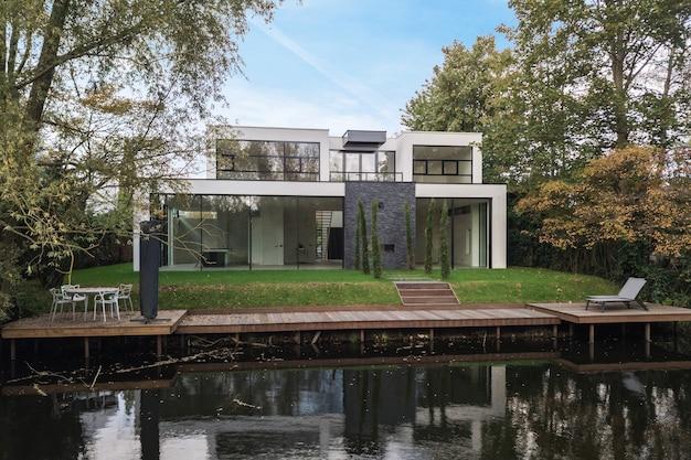 Grondstuk van het huis aan de rivier, omgeven door bomen