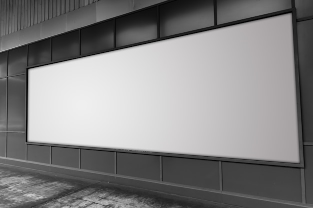 Groot aanplakbord bij de straat witte lege advertentieruimte.