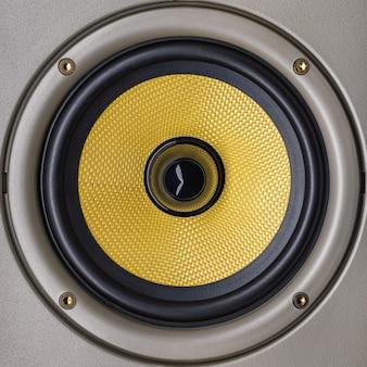 Groot akoestisch systeem met een gele kevlar-coating voor het middensegment