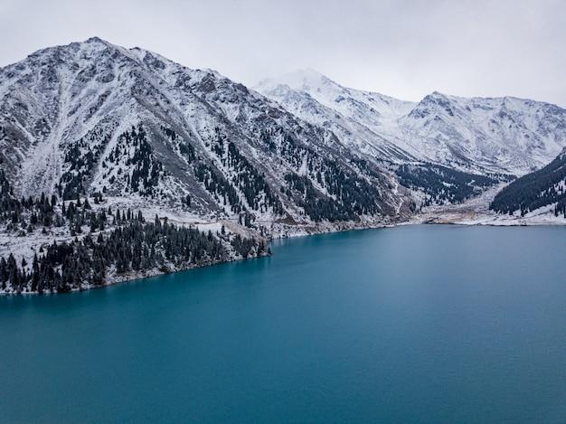 Groot almaty-meer, kazachstan.