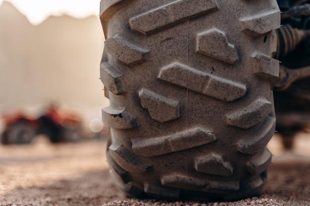 Groot atv-wiel van dichtbij in de woestijn