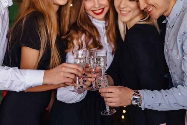 Groot bedrijf viert een nieuw jaar met glazen champagne