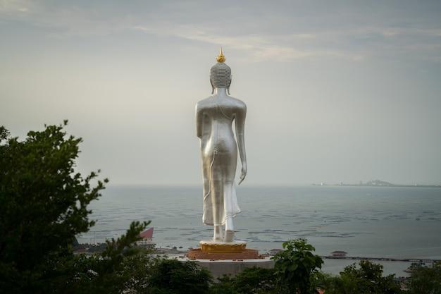 Groot boeddhabeeld vooraan op de zee