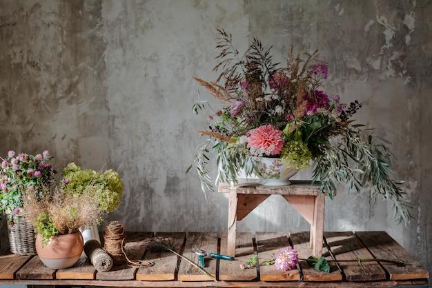 Groot boeket bloemen op de bureaubladbloemist.