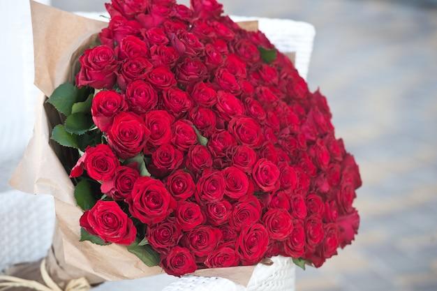 Groot boeket van 101 rode roos.