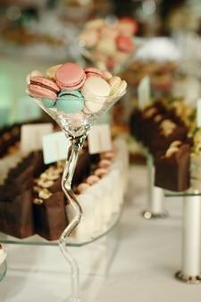Groot cocktailglas met bitterkoekjes staat op de eettafel