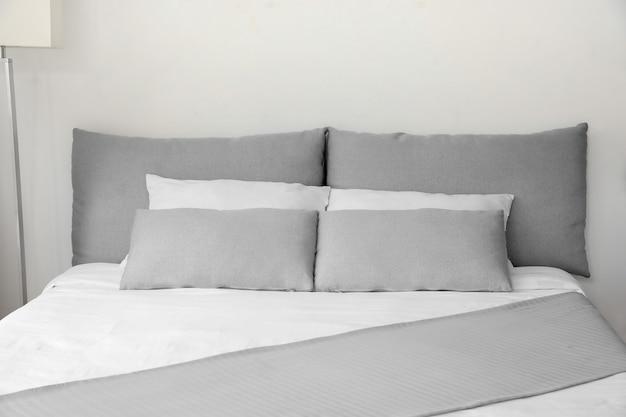 Groot comfortabel bed in hotelkamer