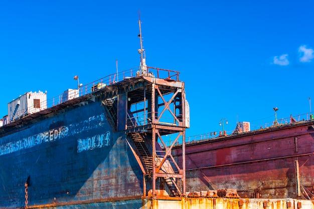 Groot drijvend reparatiedok voor schepen.