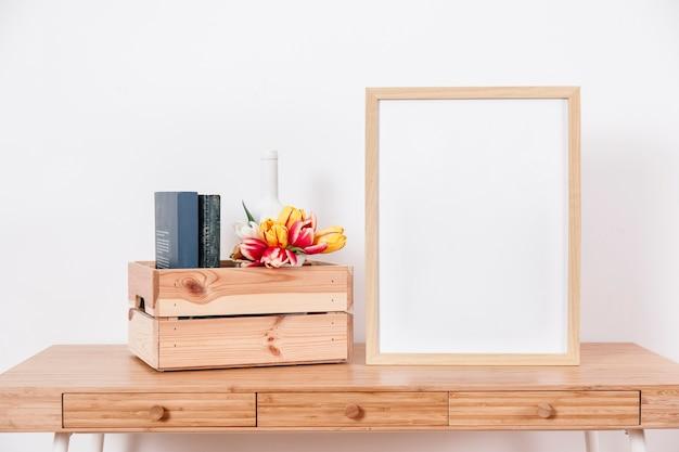 Groot frame dichtbij doos