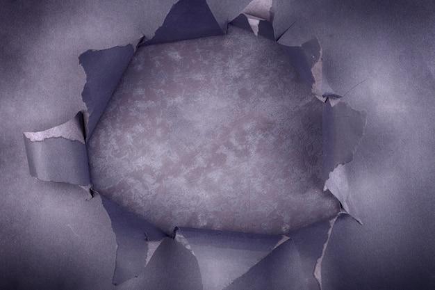 Groot gat in het zwarte papier. gescheurd. concrete achtergrond. abstracte achtergrond.