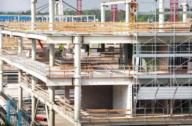 Groot gebouw in aanbouw