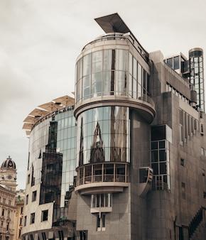 Groot gebouw in wenen