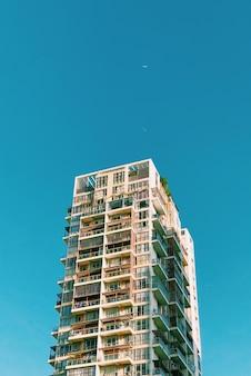 Groot gebouw op blauwe hemel