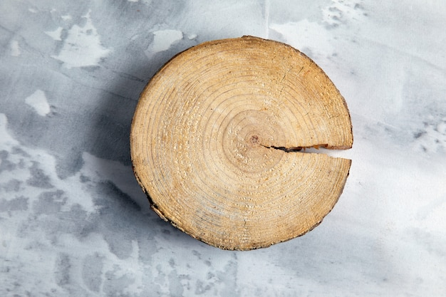 Groot gesneden hout met scheur aan de zijkant op grijs