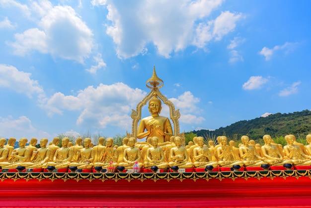Groot gouden boeddhabeeld onder kleine 1250 boeddhabeelden