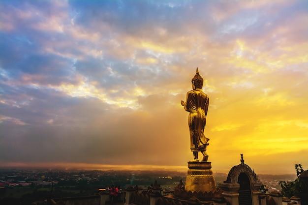 Groot gouden boeddhabeeld