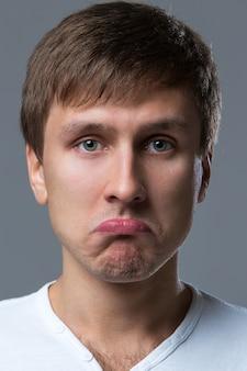 Groot hoofd man maakt gekke gezicht emoties