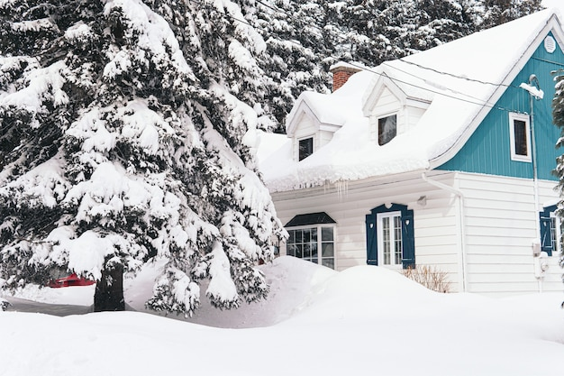 Groot huis bedekt met witte sneeuw tijdens de winter