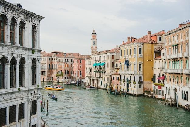 Groot kanaal met boten, veneto, italië. vaporetto aan het canal grande.