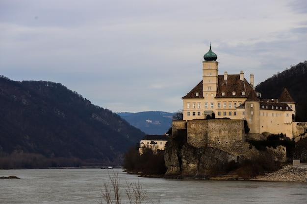 Groot klooster tussen de bergen van de wachau-vallei