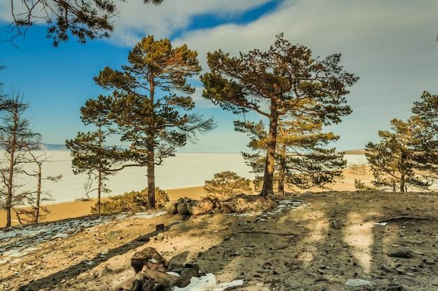 Groot landschap in het meer van de winterbaikal, siberië, rusland.